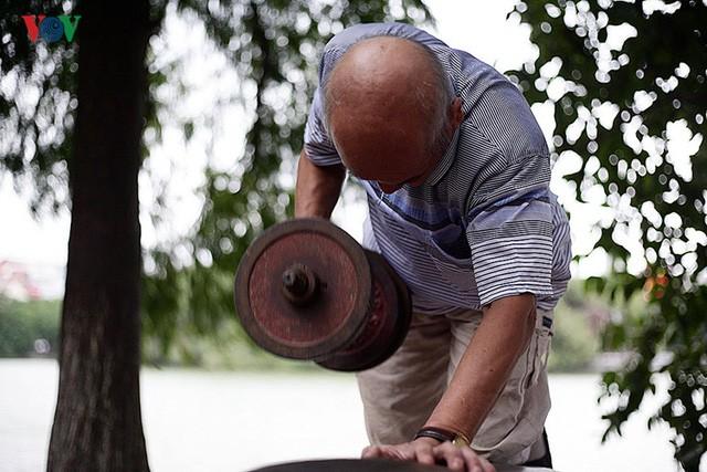 Cụ ông 76 tuổi vẫn ngày ngày tập đẩy tạ bên hồ Hoàn Kiếm ảnh 2
