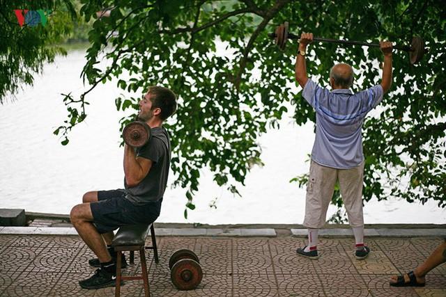 Cụ ông 76 tuổi vẫn ngày ngày tập đẩy tạ bên hồ Hoàn Kiếm ảnh 3