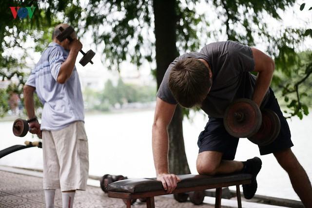 Cụ ông 76 tuổi vẫn ngày ngày tập đẩy tạ bên hồ Hoàn Kiếm ảnh 4
