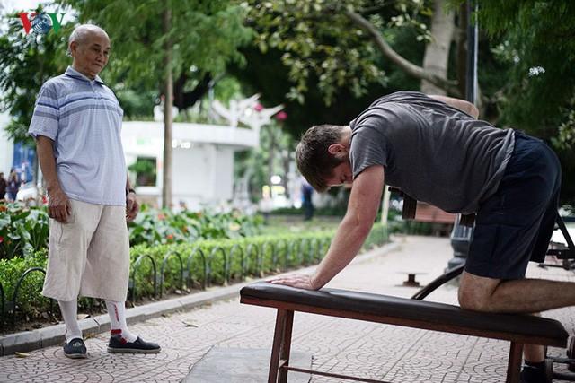 Cụ ông 76 tuổi vẫn ngày ngày tập đẩy tạ bên hồ Hoàn Kiếm ảnh 5