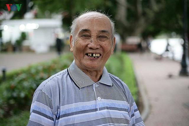 Cụ ông 76 tuổi vẫn ngày ngày tập đẩy tạ bên hồ Hoàn Kiếm ảnh 6
