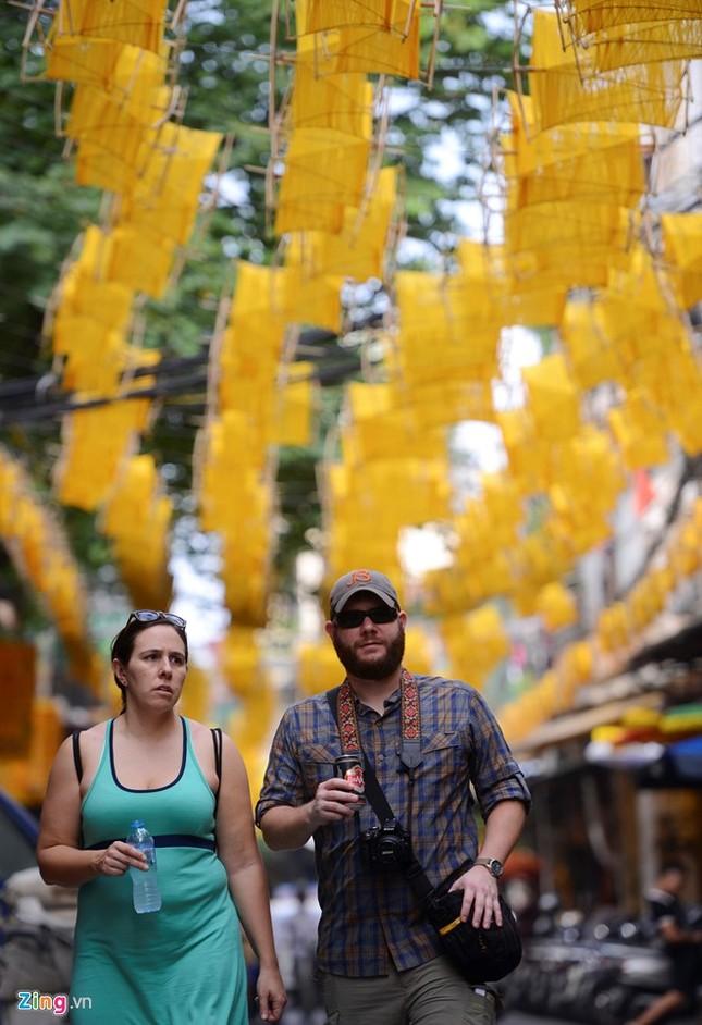 Nghìn guồng quay tơ vàng trên phố đi bộ Hà Nội ảnh 7