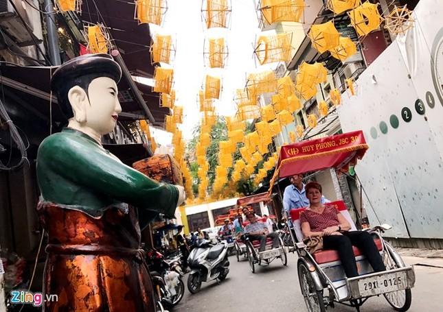 Nghìn guồng quay tơ vàng trên phố đi bộ Hà Nội ảnh 8