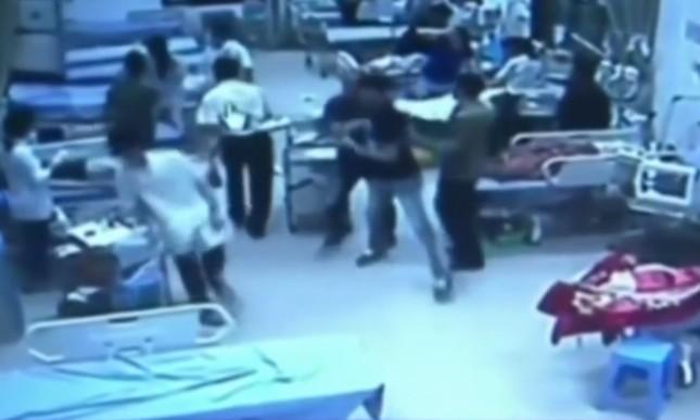 30 người mang đao kiếm vào bệnh viện truy sát ảnh 1