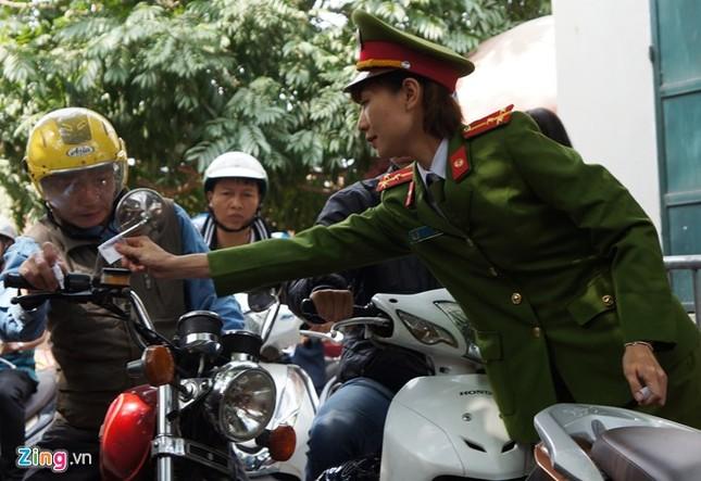 Nữ cảnh sát trông xe miễn phí ở Phủ Tây Hồ ảnh 8