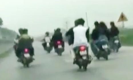 8 thanh niên đánh võng, lái xe bằng chân bị phạt hơn 42 triệu đồng ảnh 1