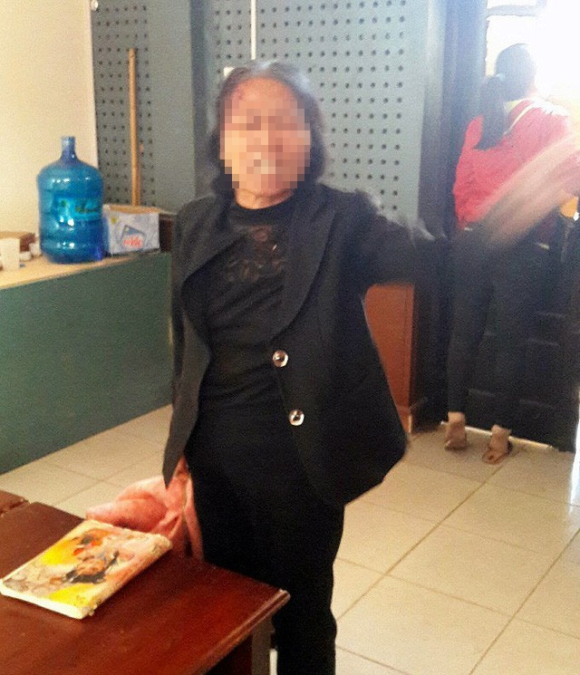 Người phụ nữ khỏa thân gây rối trụ sở ủy ban ảnh 1