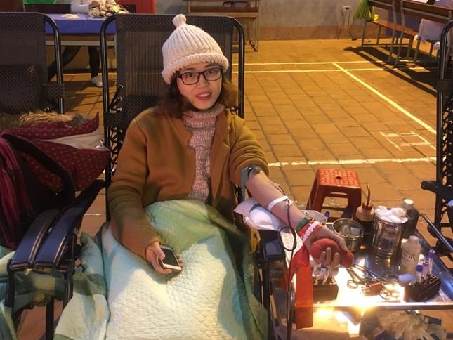 Sinh viên đội mưa rét đến hiến máu tình nguyện ảnh 4