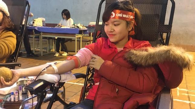 Sinh viên đội mưa rét đến hiến máu tình nguyện ảnh 2