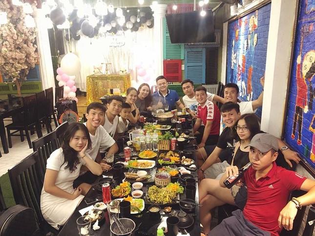 Tiến Dũng, Quang Hải, Đức Chinh tụ tập ăn uống sau lễ vinh danh ảnh 3