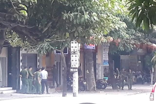 Gần 100 cảnh sát bao vây đối tượng mang hàng nóng tử thủ ảnh 6