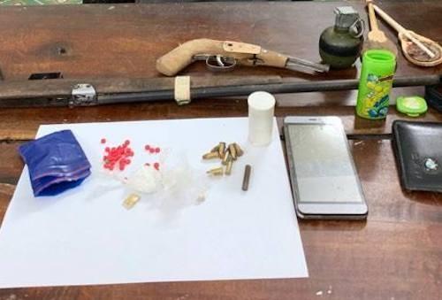 Cảnh sát quật ngã kẻ trang bị lựu đạn và súng đi buôn ma túy ảnh 2