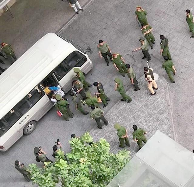 Hơn 100 cảnh sát đột kích ổ bay lắc tại chung cư ở Sài Gòn ảnh 1