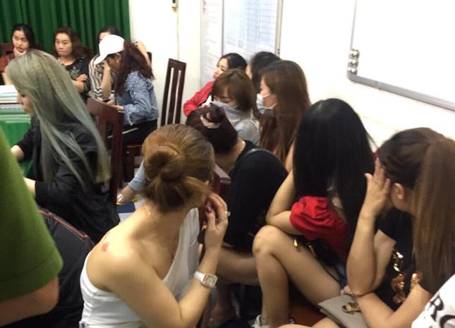Phát hiện gần 200 người thác loạn trong quán bar lúc rạng sáng ảnh 2
