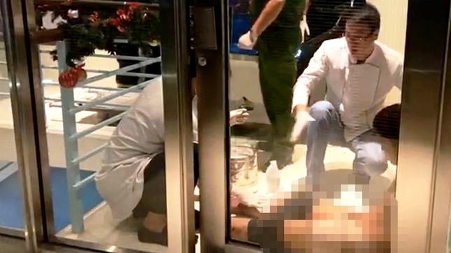 Người đàn ông cắt bộ phận sinh dục, đòi nhảy từ tầng 23 của khách sạn ảnh 3