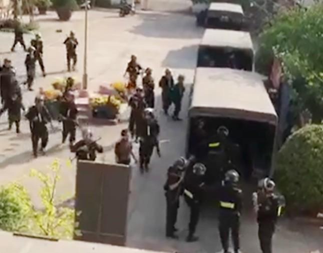 Hàng trăm cảnh sát dùng xe bọc thép vây bắt kẻ nổ súng 4 người chết ở Củ Chi ảnh 1