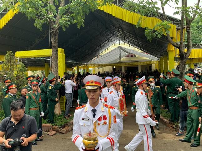 Hàng ngàn người tiễn biệt 13 liệt sĩ hy sinh tại Rào Trăng ảnh 26