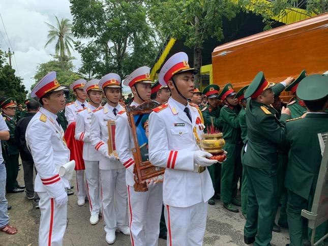 Hàng ngàn người tiễn biệt 13 liệt sĩ hy sinh tại Rào Trăng ảnh 27
