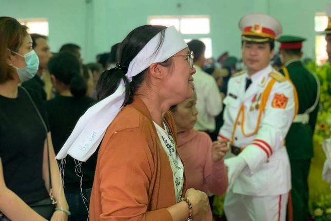 Hàng ngàn người tiễn biệt 13 liệt sĩ hy sinh tại Rào Trăng ảnh 17