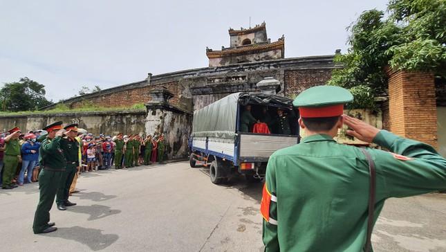 Hàng ngàn người tiễn biệt 13 liệt sĩ hy sinh tại Rào Trăng ảnh 38