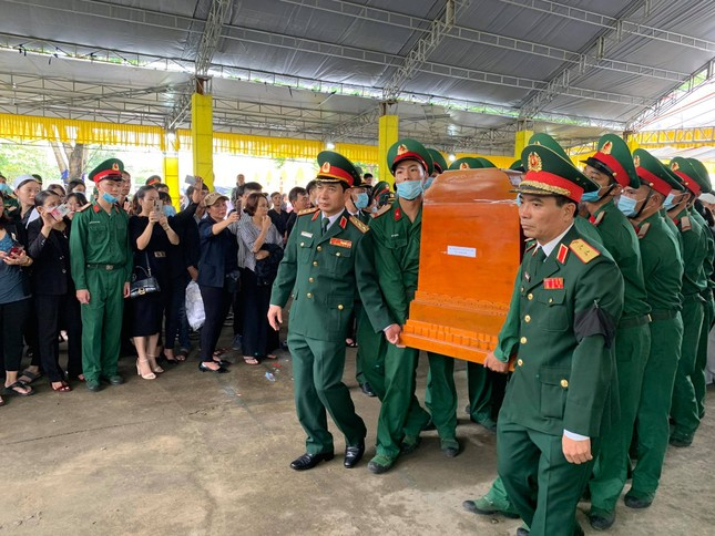 Hàng ngàn người tiễn biệt 13 liệt sĩ hy sinh tại Rào Trăng ảnh 25