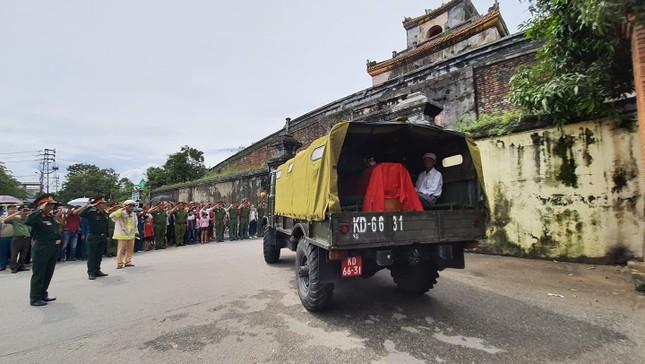 Hàng ngàn người tiễn biệt 13 liệt sĩ hy sinh tại Rào Trăng ảnh 34