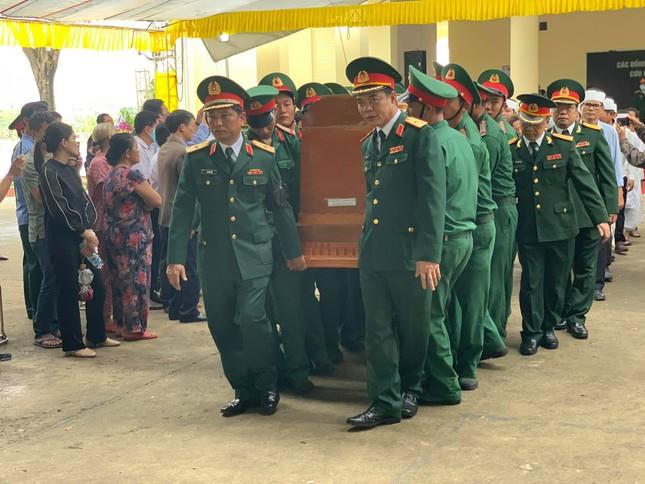 Hàng ngàn người tiễn biệt 13 liệt sĩ hy sinh tại Rào Trăng ảnh 32