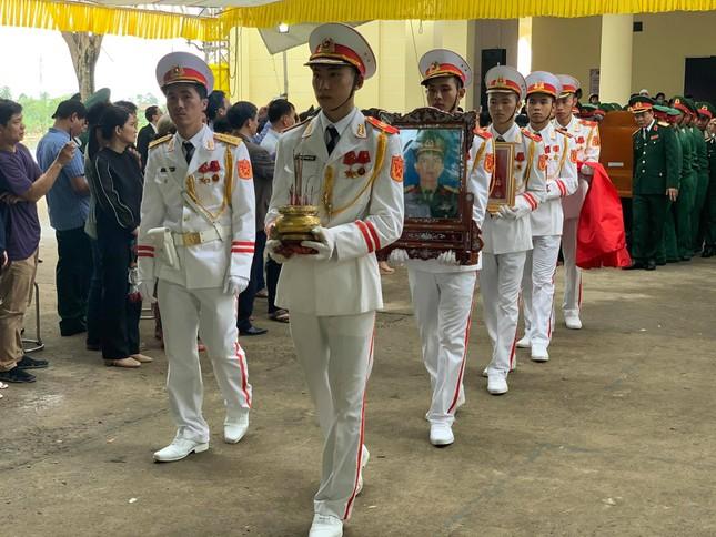 Hàng ngàn người tiễn biệt 13 liệt sĩ hy sinh tại Rào Trăng ảnh 33