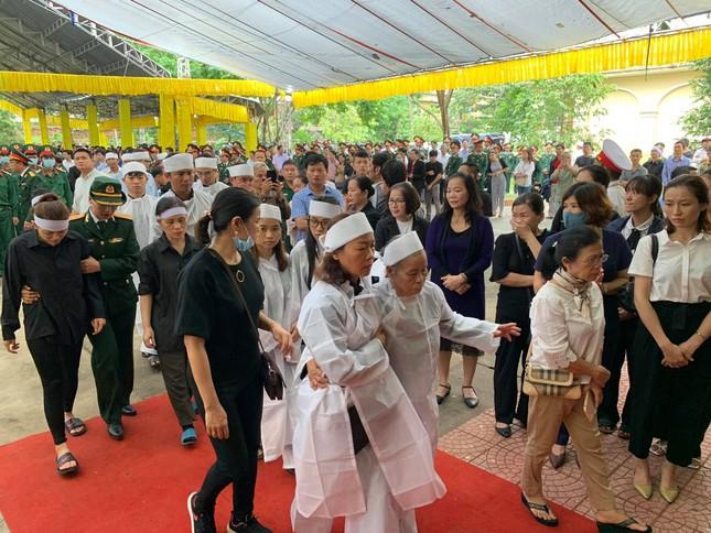 Hàng ngàn người tiễn biệt 13 liệt sĩ hy sinh tại Rào Trăng ảnh 23