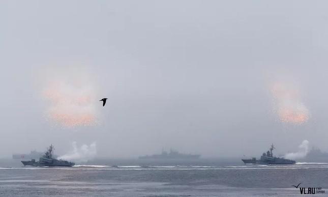Tàu hộ vệ Việt Nam trong lần đầu duyệt binh hải quân tại Nga ảnh 9
