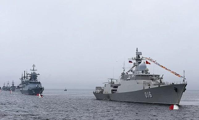 Tàu hộ vệ Việt Nam trong lần đầu duyệt binh hải quân tại Nga ảnh 1