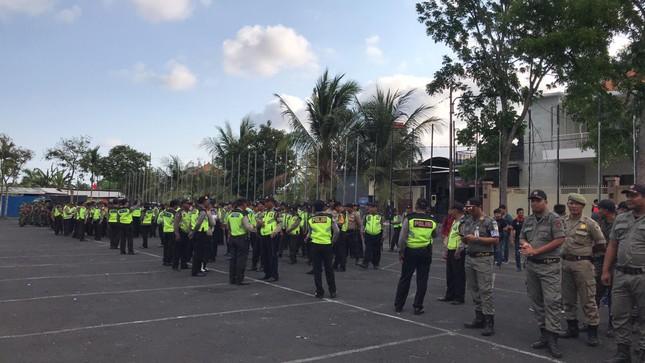 Cổ động viên Việt Nam tiếp lửa cho thầy trò Park Hang Seo ở Indonesia ảnh 9