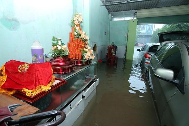 Ăn hỏi đúng ngày ngập lụt, nhà trai dùng phao chở sính lễ sang nhà gái ảnh 1