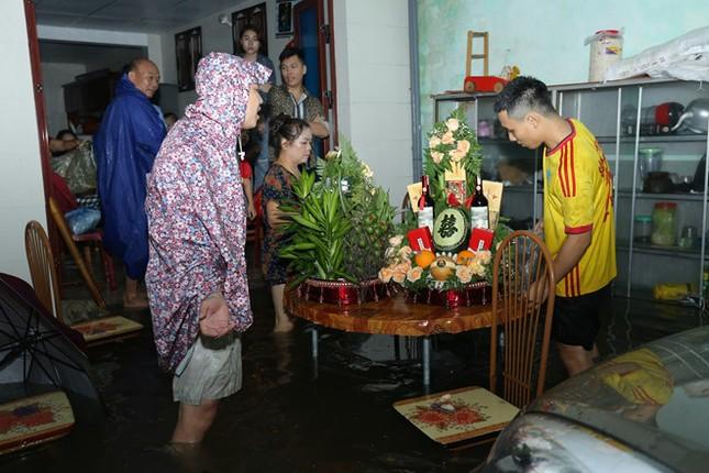 Ăn hỏi đúng ngày ngập lụt, nhà trai dùng phao chở sính lễ sang nhà gái ảnh 2