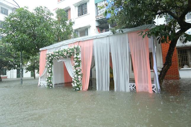 Ăn hỏi đúng ngày ngập lụt, nhà trai dùng phao chở sính lễ sang nhà gái ảnh 4