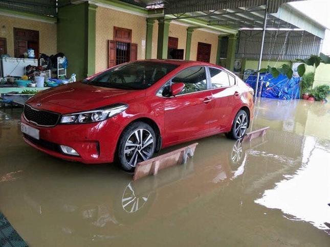 Chủ xe ở Nghệ An chống ngập cho ôtô nhờ ghế đá và gạch ảnh 1