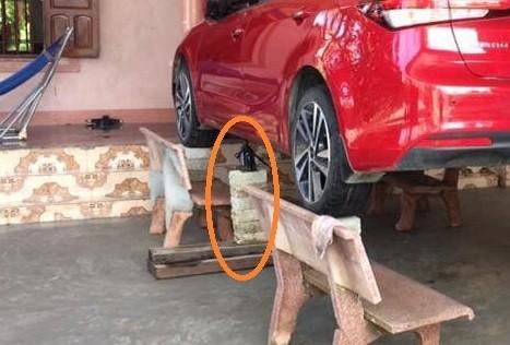 Chủ xe ở Nghệ An chống ngập cho ôtô nhờ ghế đá và gạch ảnh 3