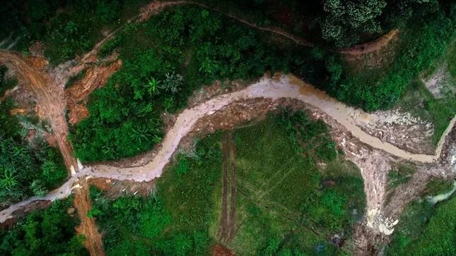 Mục kích máy xúc dọn dầu thải đầu nguồn nhà máy nước sông Đà ảnh 2