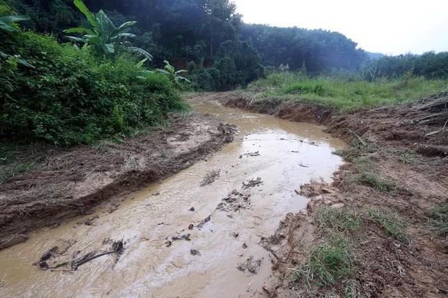 Mục kích máy xúc dọn dầu thải đầu nguồn nhà máy nước sông Đà ảnh 4