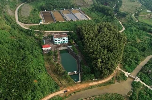 Mục kích máy xúc dọn dầu thải đầu nguồn nhà máy nước sông Đà ảnh 7