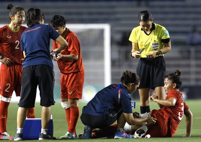 Chân rướm máu, cầu thủ nữ Việt Nam nén đau đá trận chung kết vs Thái Lan ảnh 2