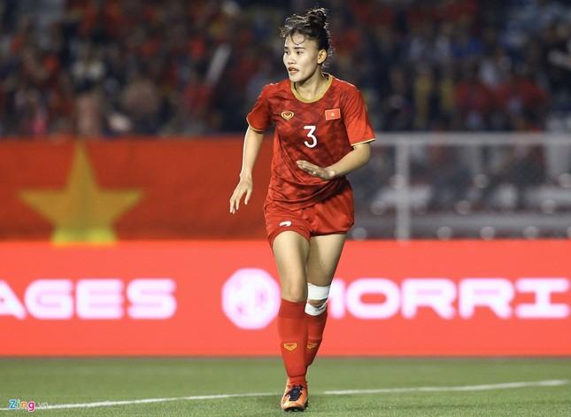 Chân rướm máu, cầu thủ nữ Việt Nam nén đau đá trận chung kết vs Thái Lan ảnh 3