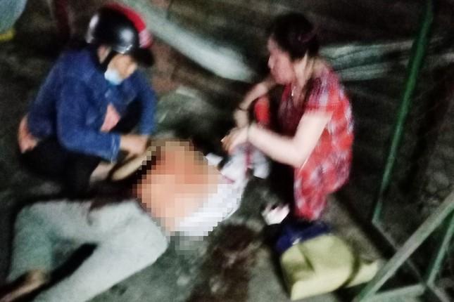 Con trai đâm gục người đàn ông dùng búa đánh mẹ ảnh 1