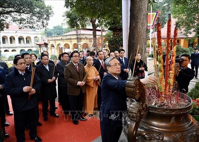 Thường trực Ban Bí thư Trần Quốc Vượng dâng hương tại Hoàng Thành Thăng Long ảnh 2