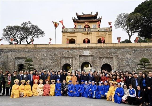 Thường trực Ban Bí thư Trần Quốc Vượng dâng hương tại Hoàng Thành Thăng Long ảnh 6