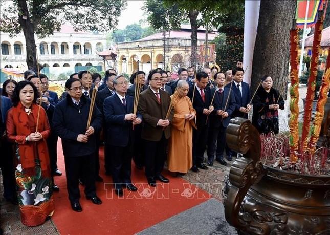 Thường trực Ban Bí thư Trần Quốc Vượng dâng hương tại Hoàng Thành Thăng Long ảnh 1