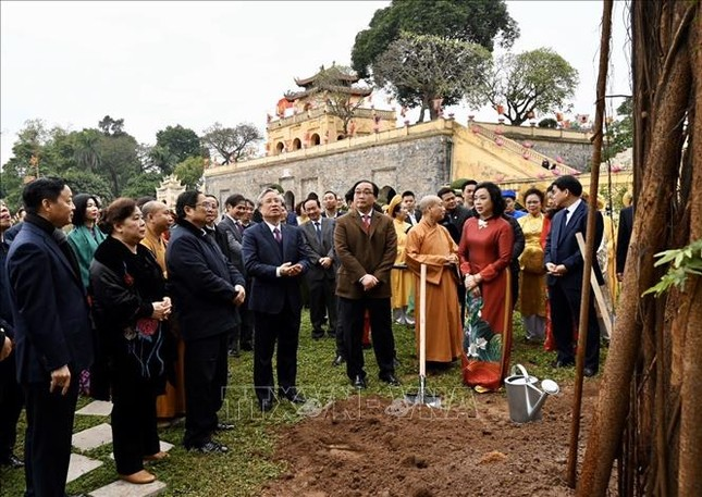Thường trực Ban Bí thư Trần Quốc Vượng dâng hương tại Hoàng Thành Thăng Long ảnh 4