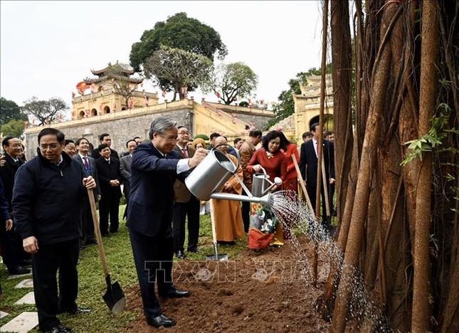 Thường trực Ban Bí thư Trần Quốc Vượng dâng hương tại Hoàng Thành Thăng Long ảnh 3