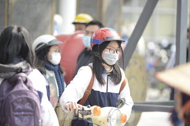 Học sinh Thủ đô đeo khẩu trang kín mít đến trường ảnh 1