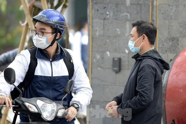 Học sinh Thủ đô đeo khẩu trang kín mít đến trường ảnh 2